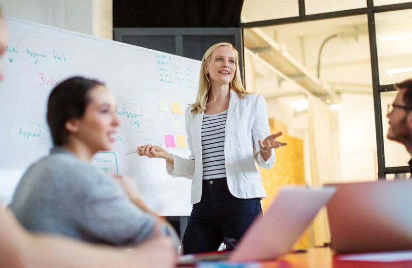 Why business management course: top 6 reasons to study online